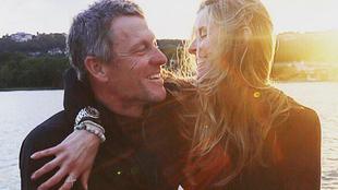 Lance Armstron anunciando su compromiso matrimonial con Anna Hansen