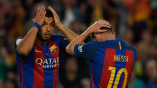Luis Suárez y Messi se lamentan durante un partido.