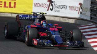 Carlos Sainz pilota su Toro Rosso en las calles de Mónaco.