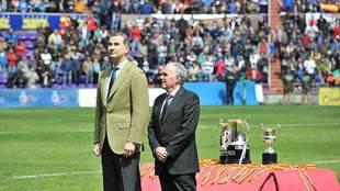 El rey Felipe junto a Alfonso Feijóo, presidente de la FER, durante...