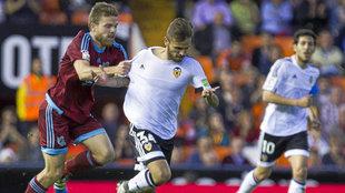 Illarramendi agarra a Sito durante el Valencia - Real Sociedad de mayo...
