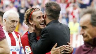 Griezmann se abraza a Simeone en el �ltimo partido del Calder�n.