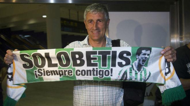 Setién, con una bufanda del Betis nada más aterrizar en Sevilla