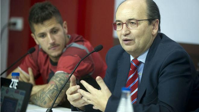 José Castro, junto a Jovetic en una rueda de prensa.