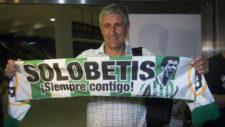 Seti�n, con una bufanda del Betis nada m�s aterrizar en Sevilla