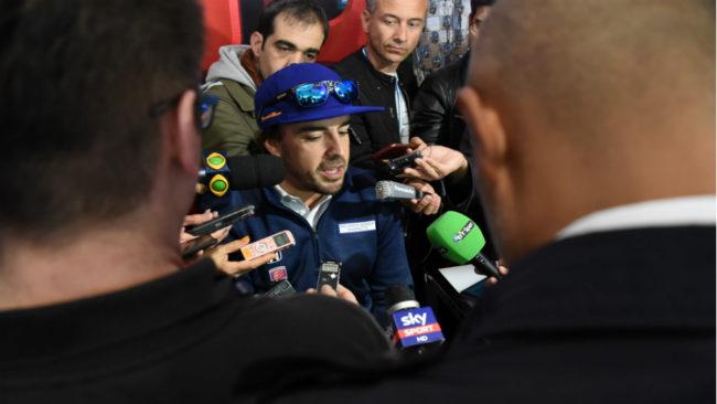 Alonso atiende a los medios en Indian�polis.