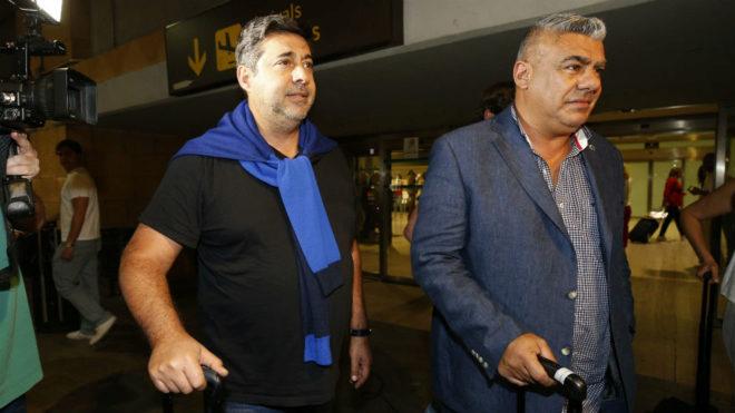 Claudio Tapia, presidente de la AFA, y Angelici, vicepresidente, a su...