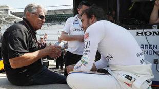 Mario Andretti charla con Fernando Alonso en el Motor Speedway de...