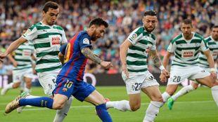 Leo Messi trata de chutar un balón durante la última jornada de Liga...
