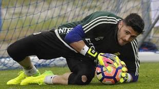 Juan Carlos atrapa un balón durante un entrenamiento reciente en el...