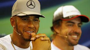 Hamilton y Alonso sonríen en la rueda de prensa previa al GP de...