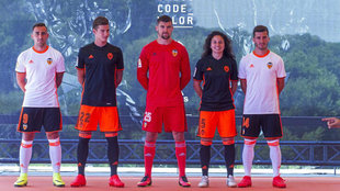 Los jugadores del Valencia, durante la presentación de las camisetas...