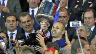 Iniesta (33), levantando el trofeo de campeón de la pasada temporada.