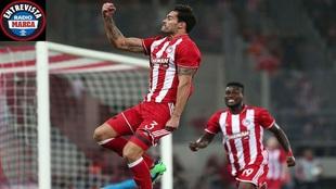 Botía celebrando un gol con Olympiacos