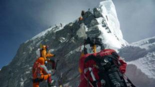 Varios escaladores, a su paso por el escalón Hillary en 2009.