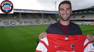 Marc Torrejón posa con la camiseta del Friburgo