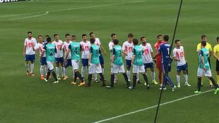 Los jugadores del Rayo Majadahonda y Racing se saludan antes del...