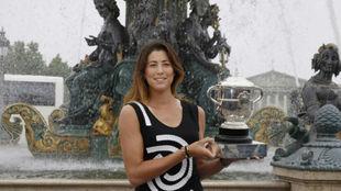 Garbiñe posa con el trofeo de campeona