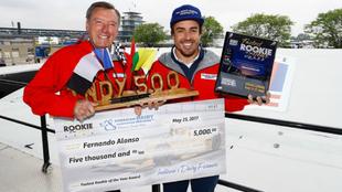 Alonso recibe el premio a mejor rookie.