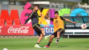 Nestor Araujo e Hirving Lozano (D), durante el entrenamiento de la...