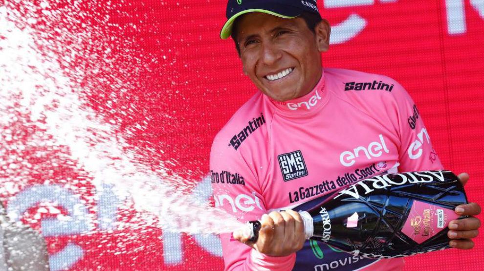 Nairo Quintana en el podio como nuevo líder de la general.