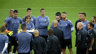 Los jugadores del Madrid en un entrenamiento antes de un duelo de...