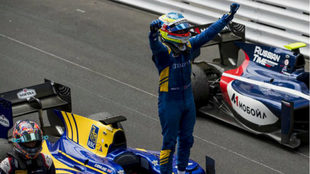 Oliver Rowland celebra su triunfo en M�naco.
