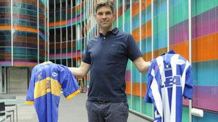 Pellegrino posa con las camisetas de las finales del Alavés.