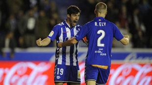 Manu García celebra un gol con Ely.