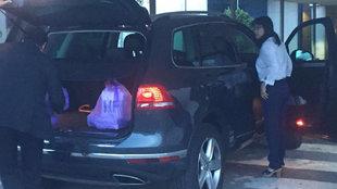 Layhoon a punto de subir al coche conducido por Kim Koh.