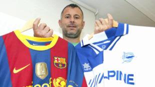 Javi Moreno, con las camisetas de Barcelona y Alavés