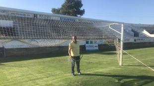 Miguel Bennasar riega el césped del Nou Camp de Sa Pobla,