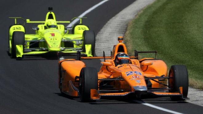 Fernando Alonso, con su coche naranja en Indianápolis.