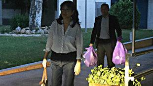 Layhoon, seguida de Anil Murthy cargado con dos bolsas, salen de la...