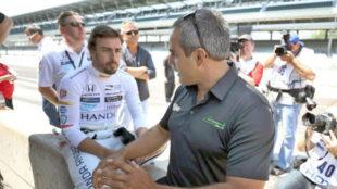 Alonso dialoga con Montoya durante los entrenamientos en el circuito...