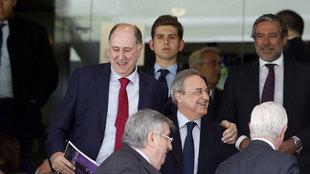 Querejeta junto a Florentino Pérez durante el Real Madrid - Alavés