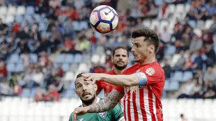 Ximo Navarro despeja un balón con la cabeza