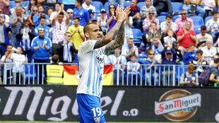 Sandro (21) saluda a la afición del Málaga durante un partido