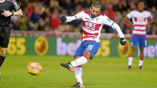 Carcela (27) realiza un disparo durante un partido del Granada