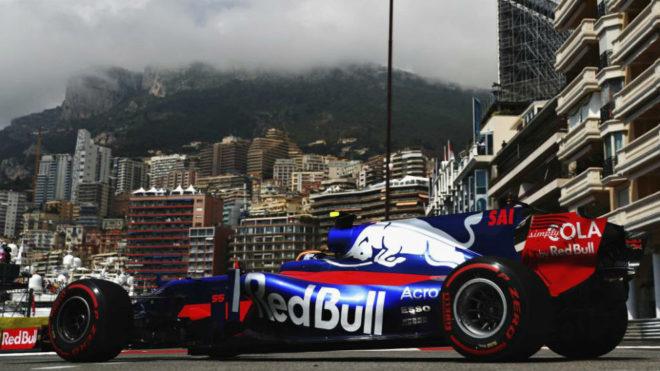 Carlos Sainz pilota su Toro Rosso en el circuito urbano de Montecarlo.
