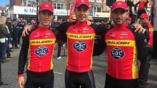 Los tres ciclistas españoles posan para MARCA durante el último Tour...