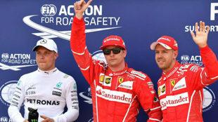 Kimi Raikkonen celebra la pole en Mónaco flanqueado por Bottas y...