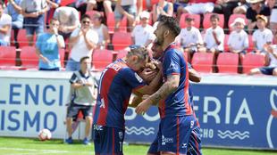 Los jugadores del Huesca celebran el tanto logrado por Samu Sáiz.