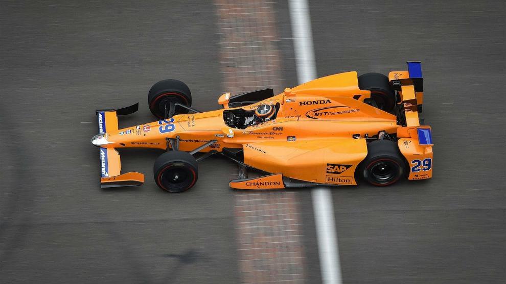 Alonso cruzando el 'Brickyard'