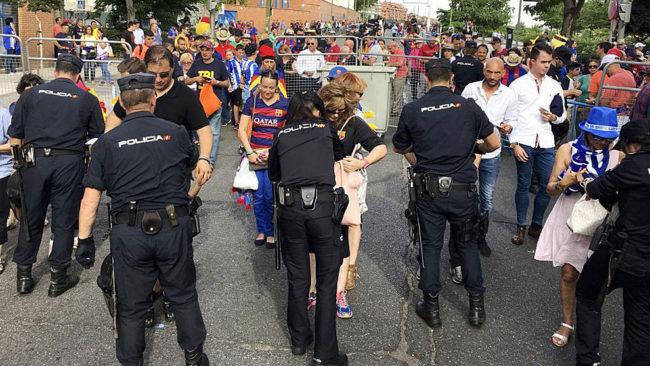 La Policía, en uno de los filtros de seguridad para acceder al...
