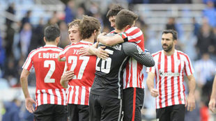 Los jugadores del Athletic se abrazan tras lograr una victoria.