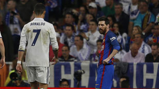 Cristiano Ronaldo y Messi, en el último Clásico disputado en el...