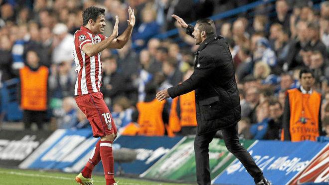 Diego Costa celebra con Simeone un gol en la temporada 2013/2014.