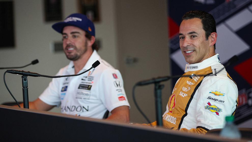 Alonso junto a Helio Castroneves, el piloto más laureado de la...