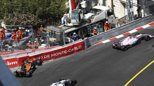 Checo Pérez tras adelantar al McLaren de Vandoorne.